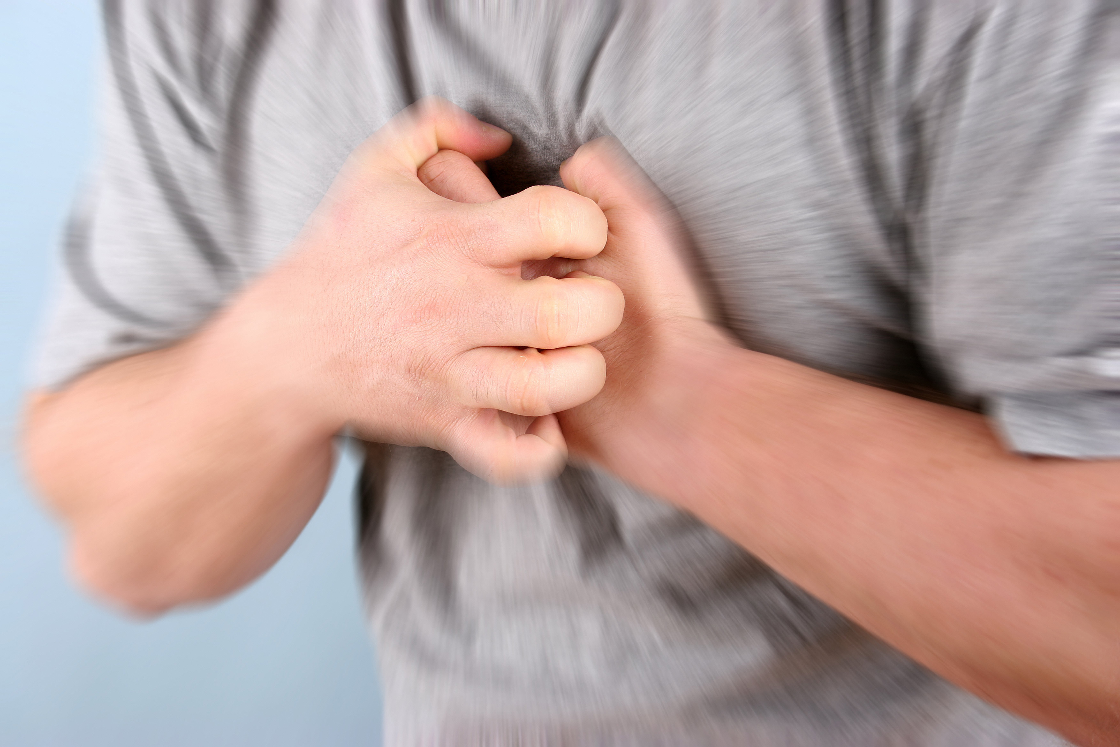 Mann som har vondt i brystet