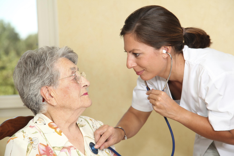 Illustrasjonsbilde av helsepersonell med stetoskop som lytter på hjertet til en eldre dame.