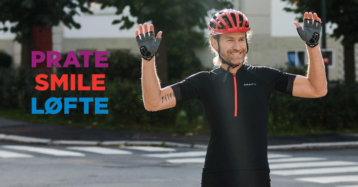 Syklist smiler og løfter hendene som test ved hjerneslag