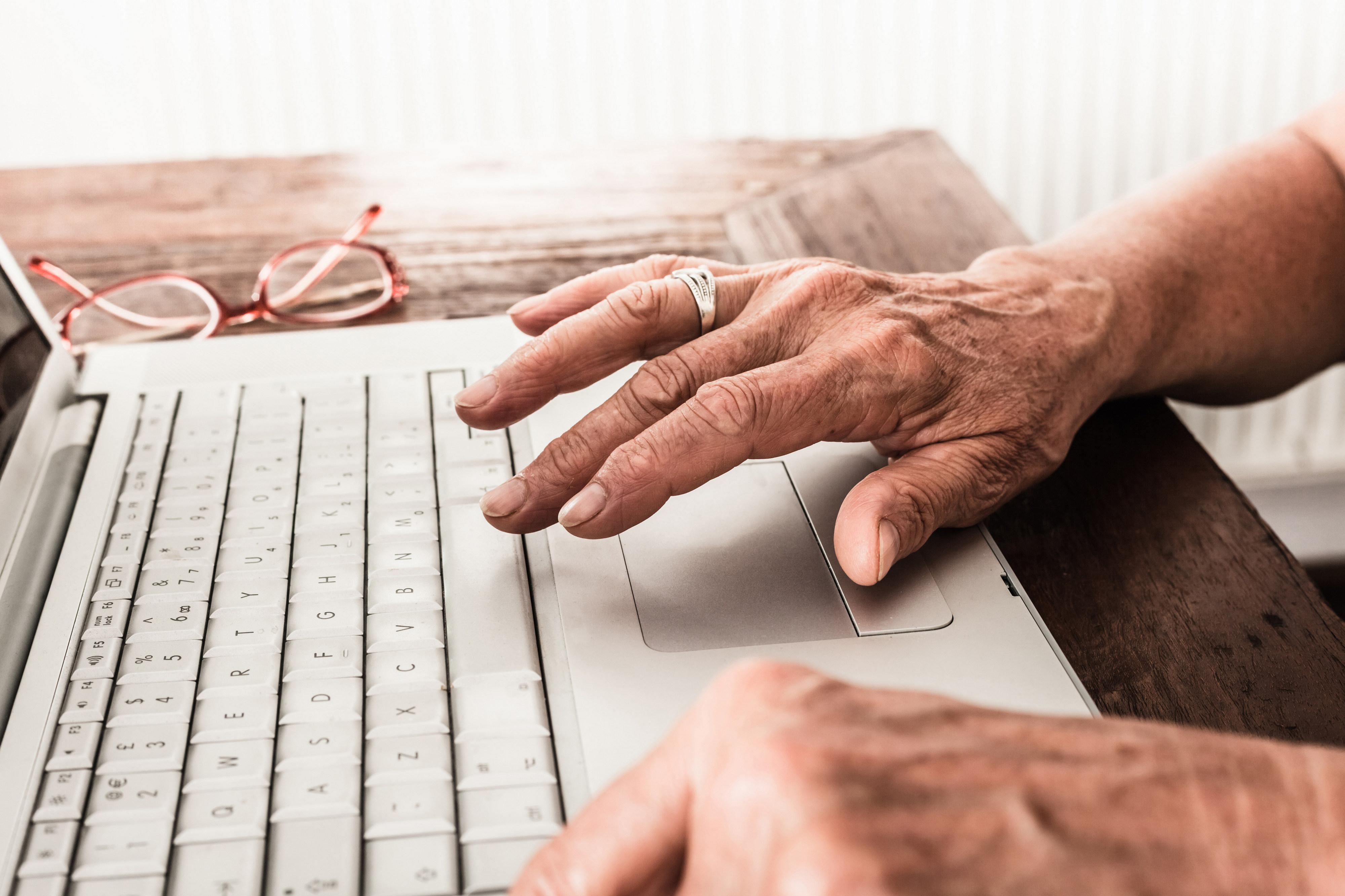 Å skrive på pc kan hjelpe mot skjelving på hendene ved essensiell tremor
