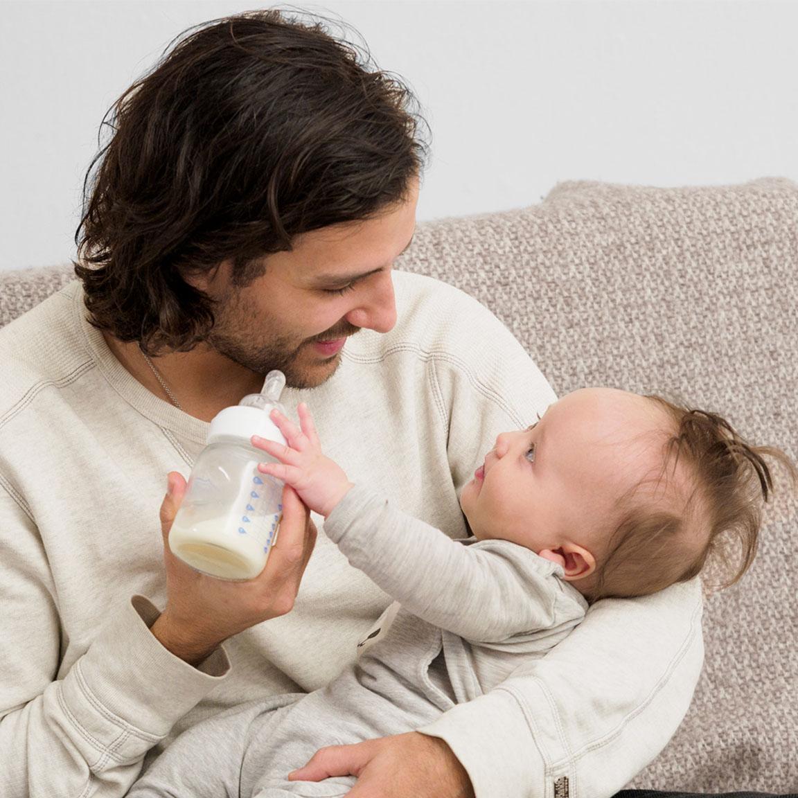 Mann som mater et barn