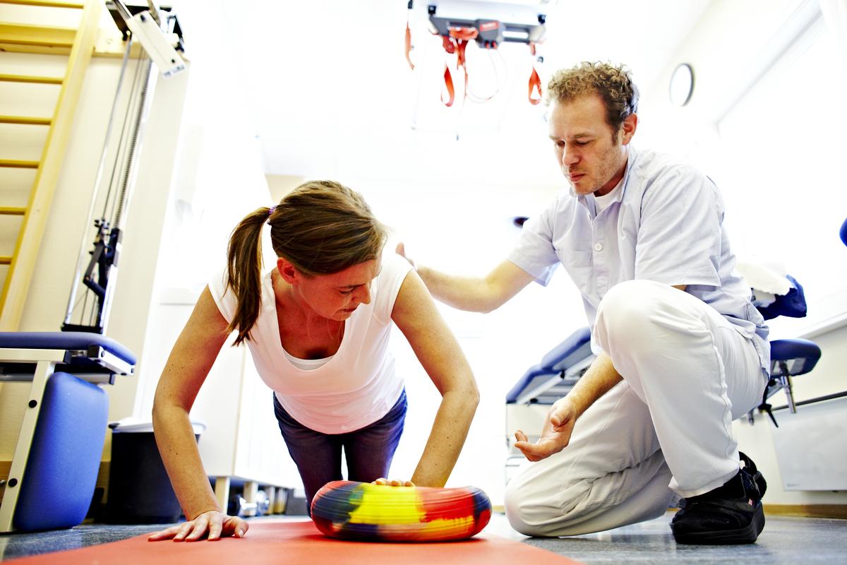 En behandler viser en kvinne øvelser