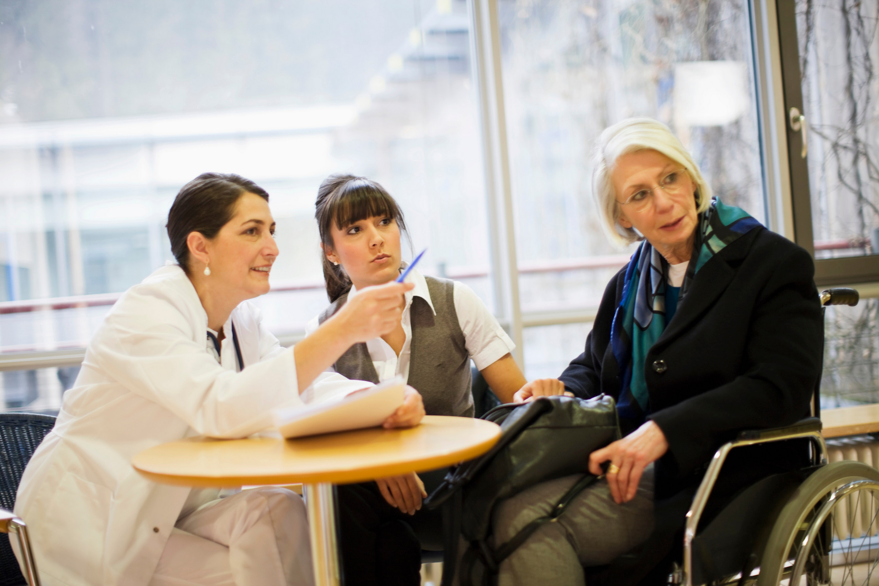Pårørende i samtale med helsepersonell
