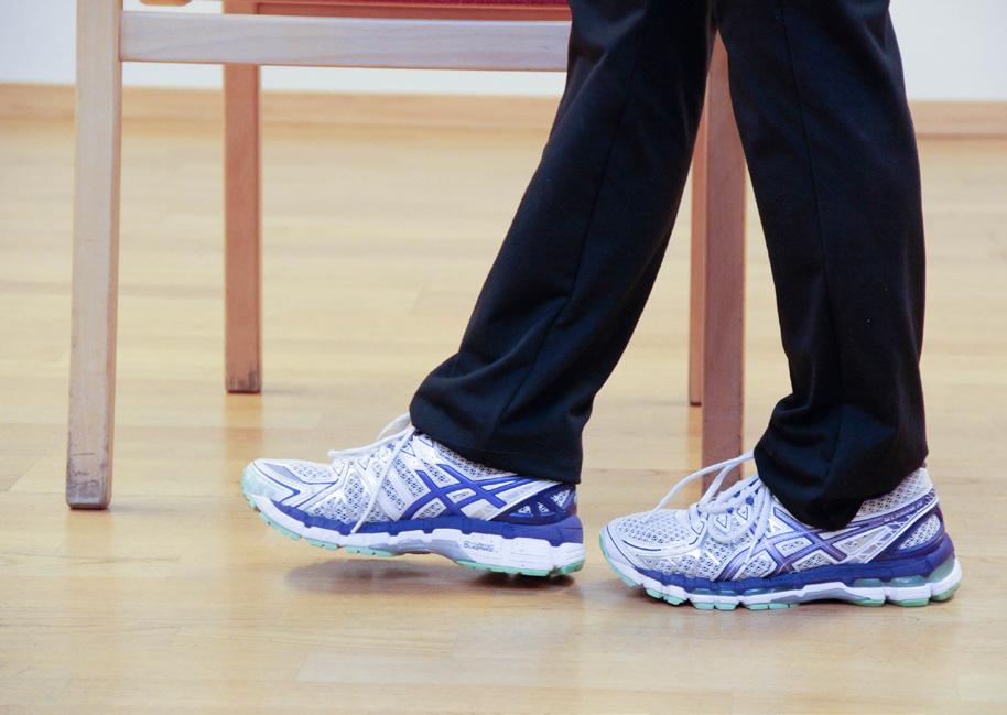 Kvinne balanserer på en linje på gulvet