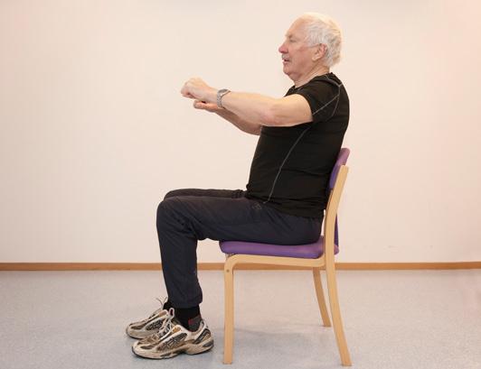 Mann utfører ro-bevegelse