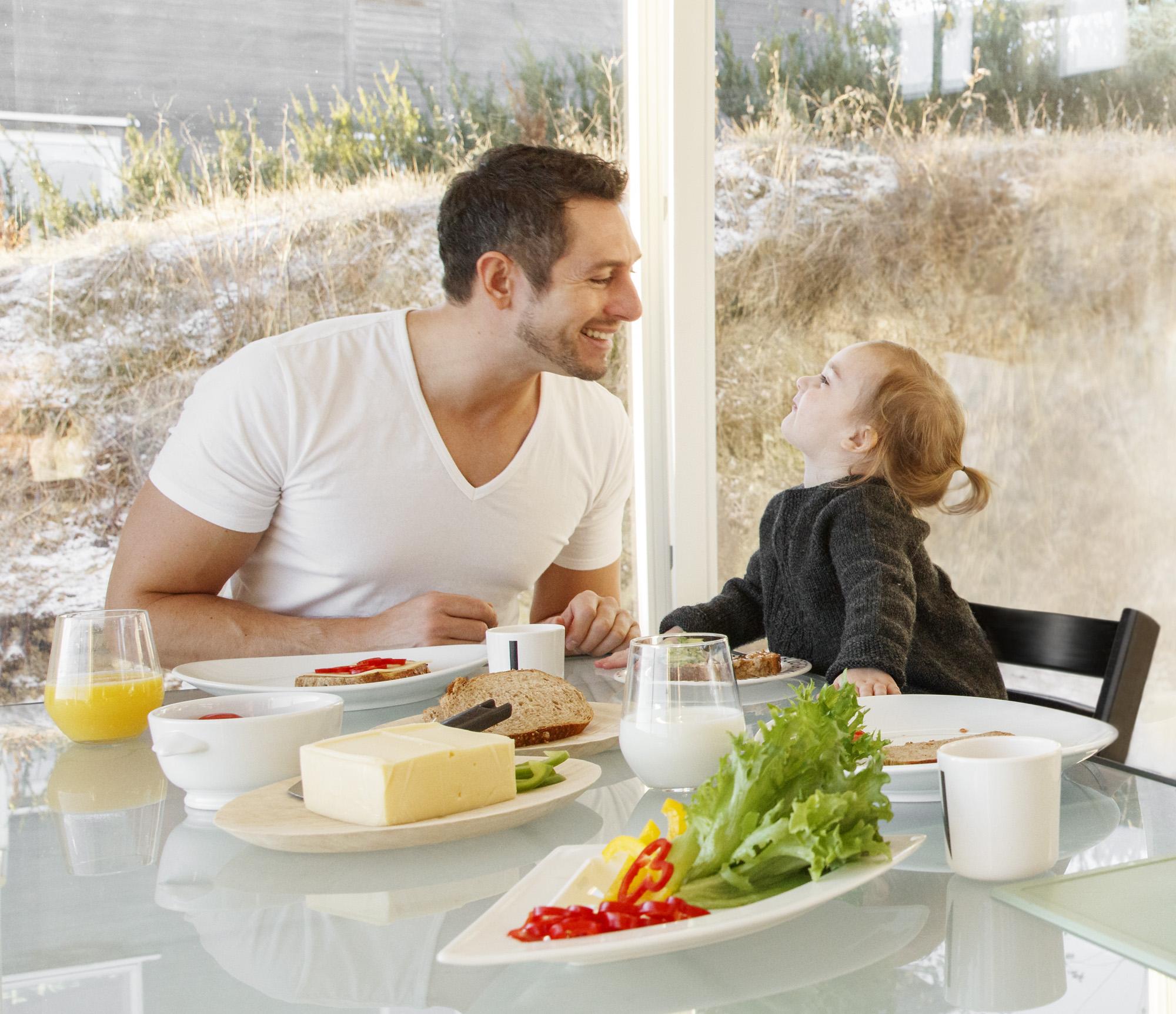 Far og barn har måltid.