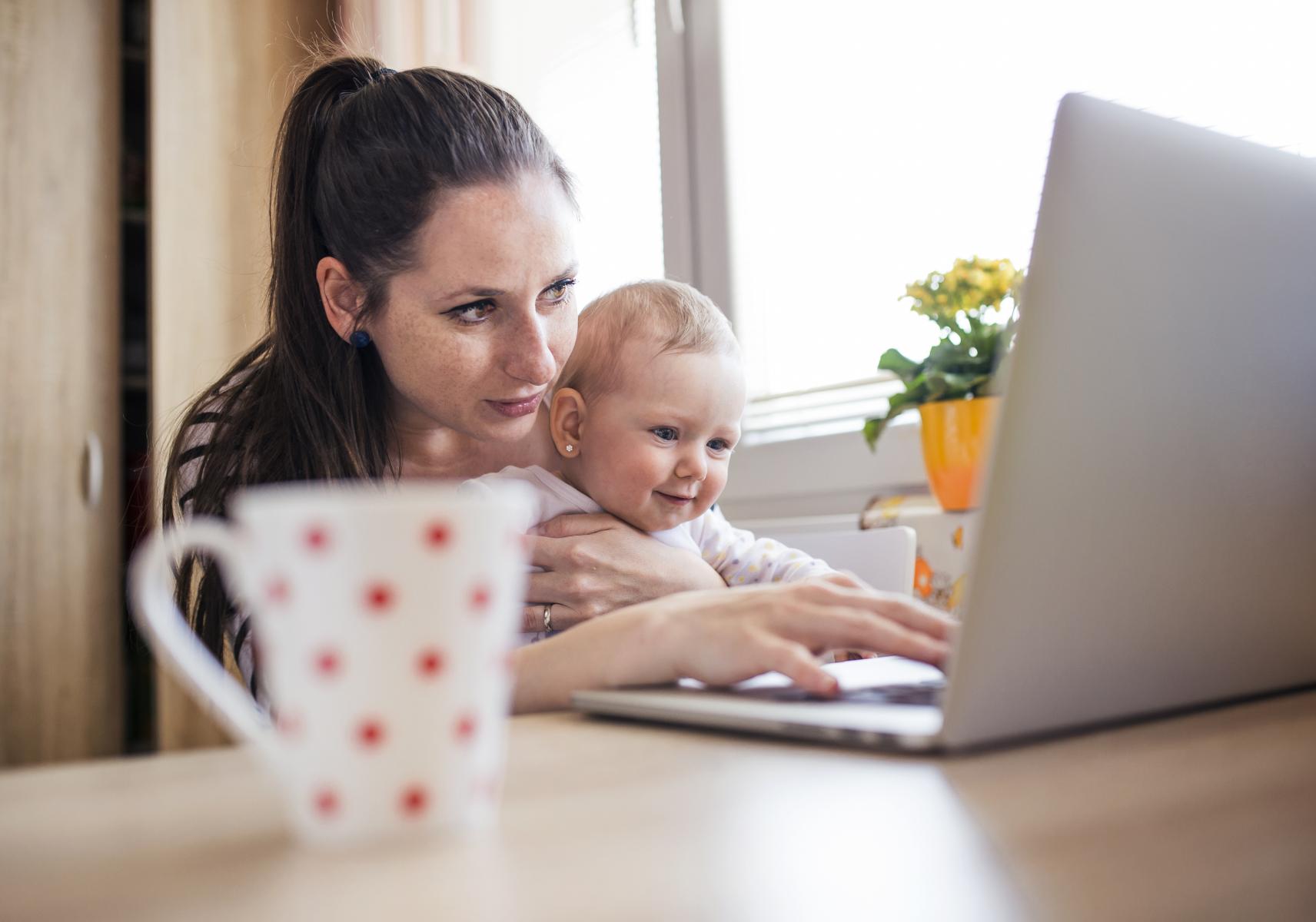 Ung mor med baby søker hjelp over nett