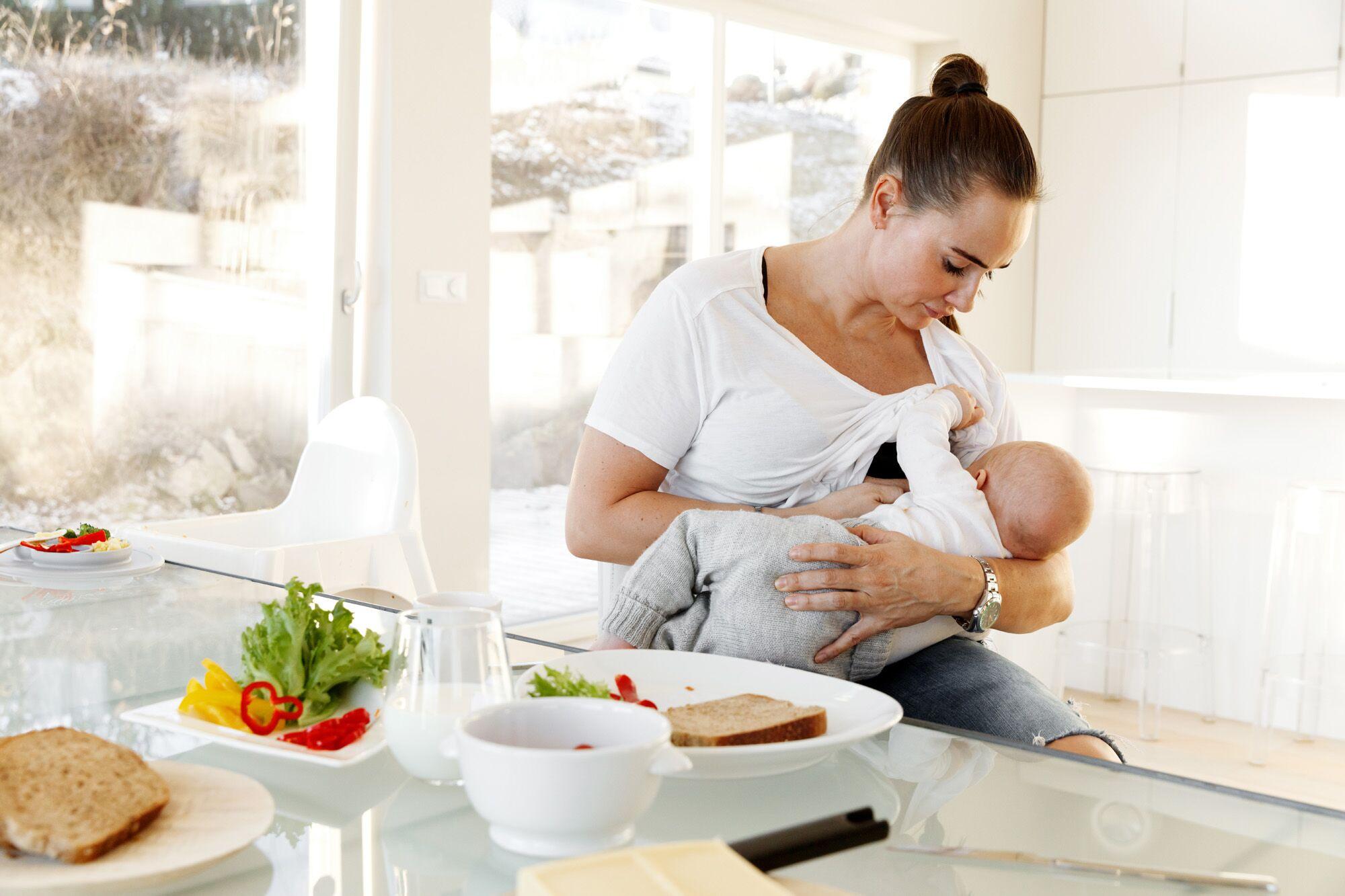 Kvinne ammer barnet sitt
