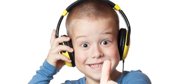 Gutt med øretelefoner