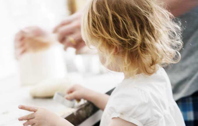 Bilde av et barn på kjøkkenet