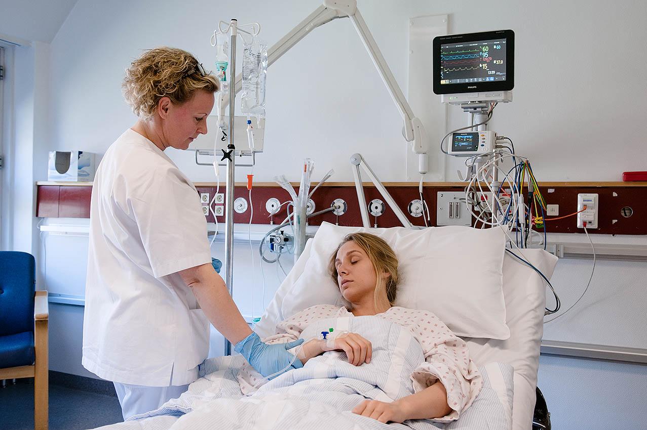 Syk kvinne i sykehusseng