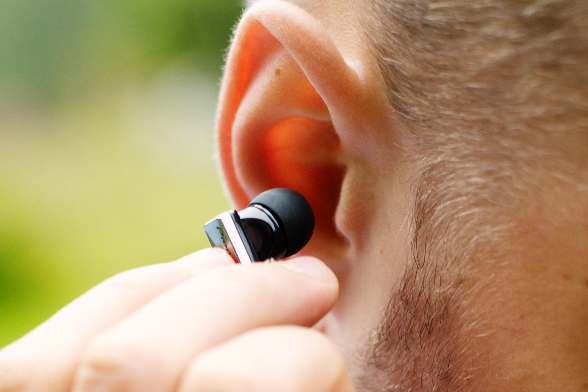 Nærbilde av øreplubb i øret.