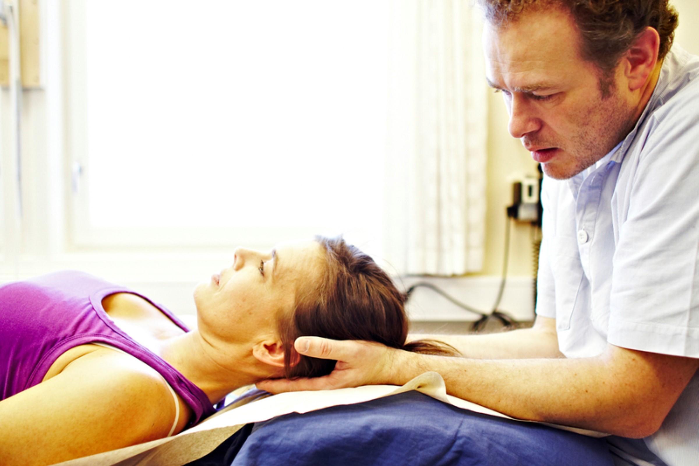 Kvinne får behandling hos fysioterapeut