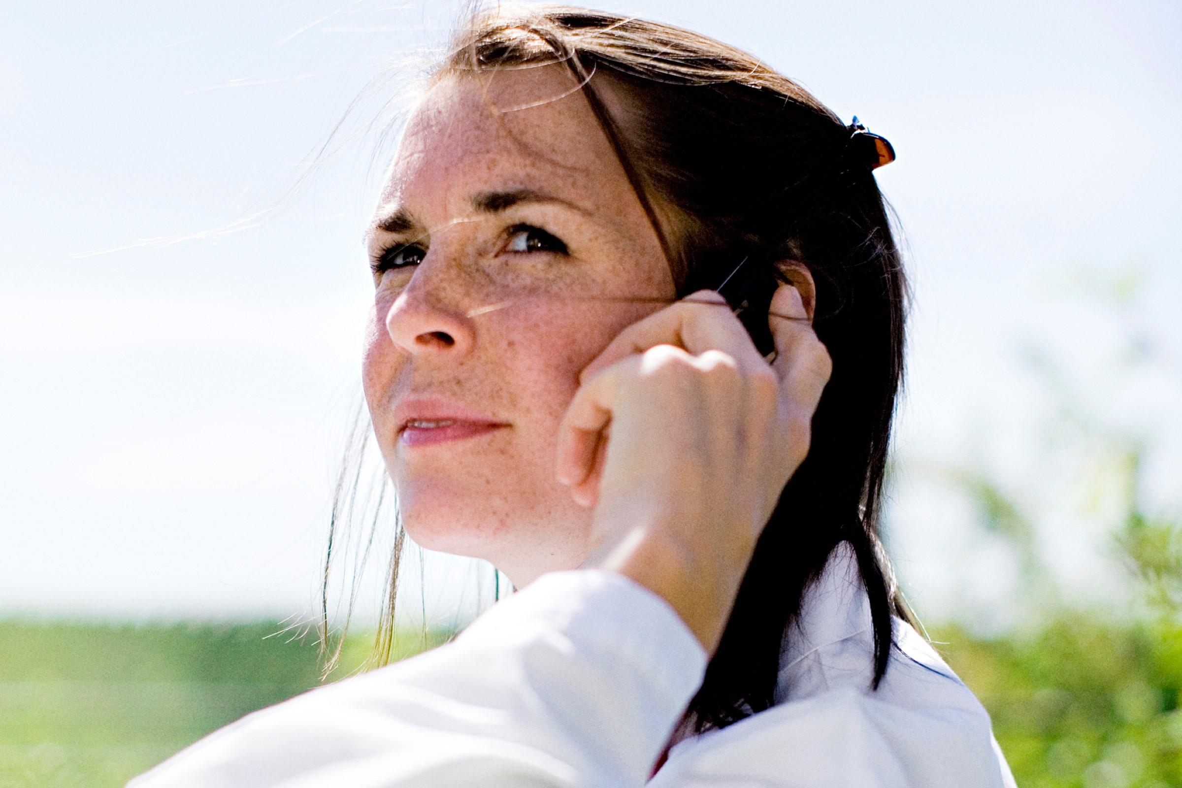 Bilde av en kvinne som snakker på telefon