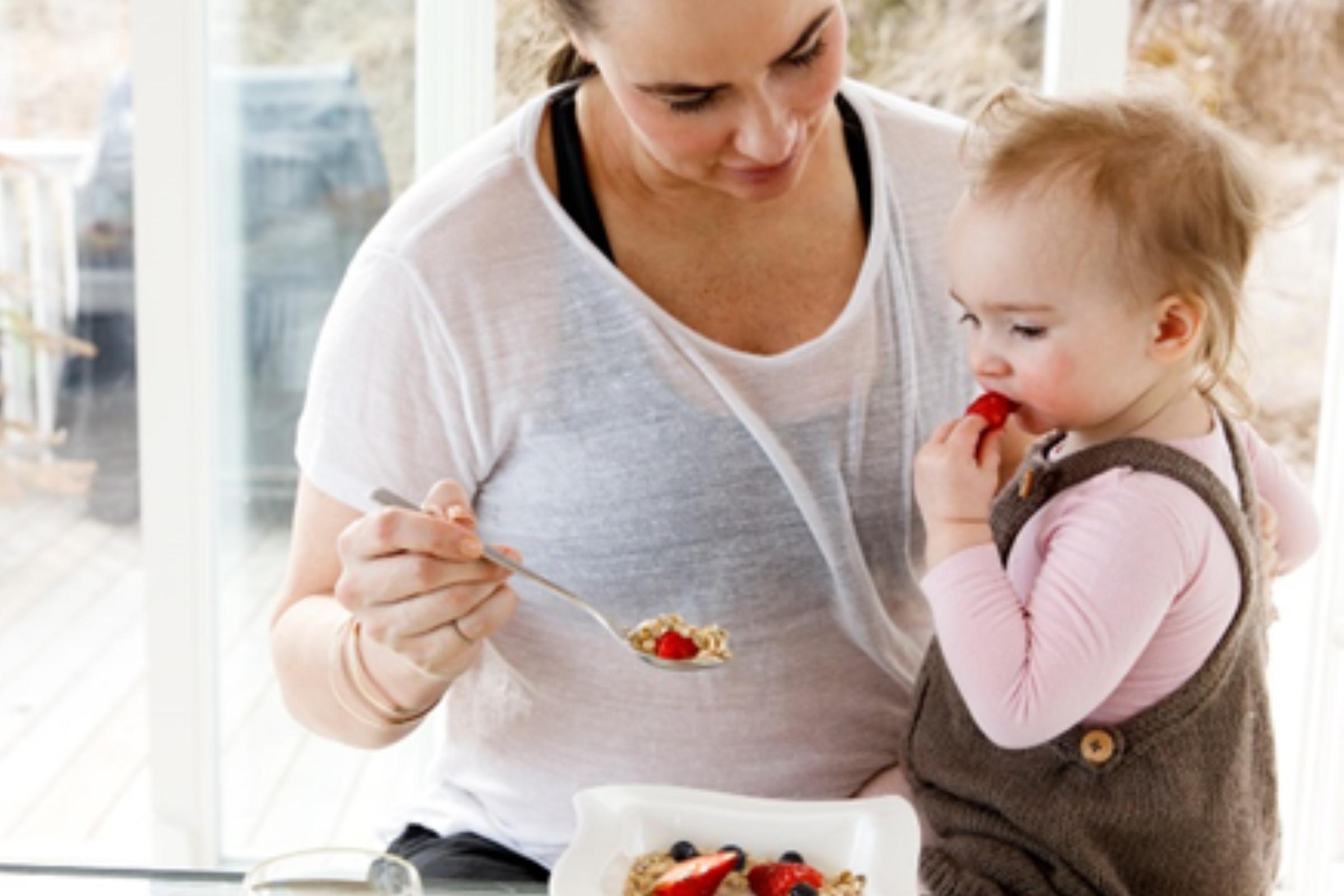 Mor som venter sitt andre barn spiser vegetarmat