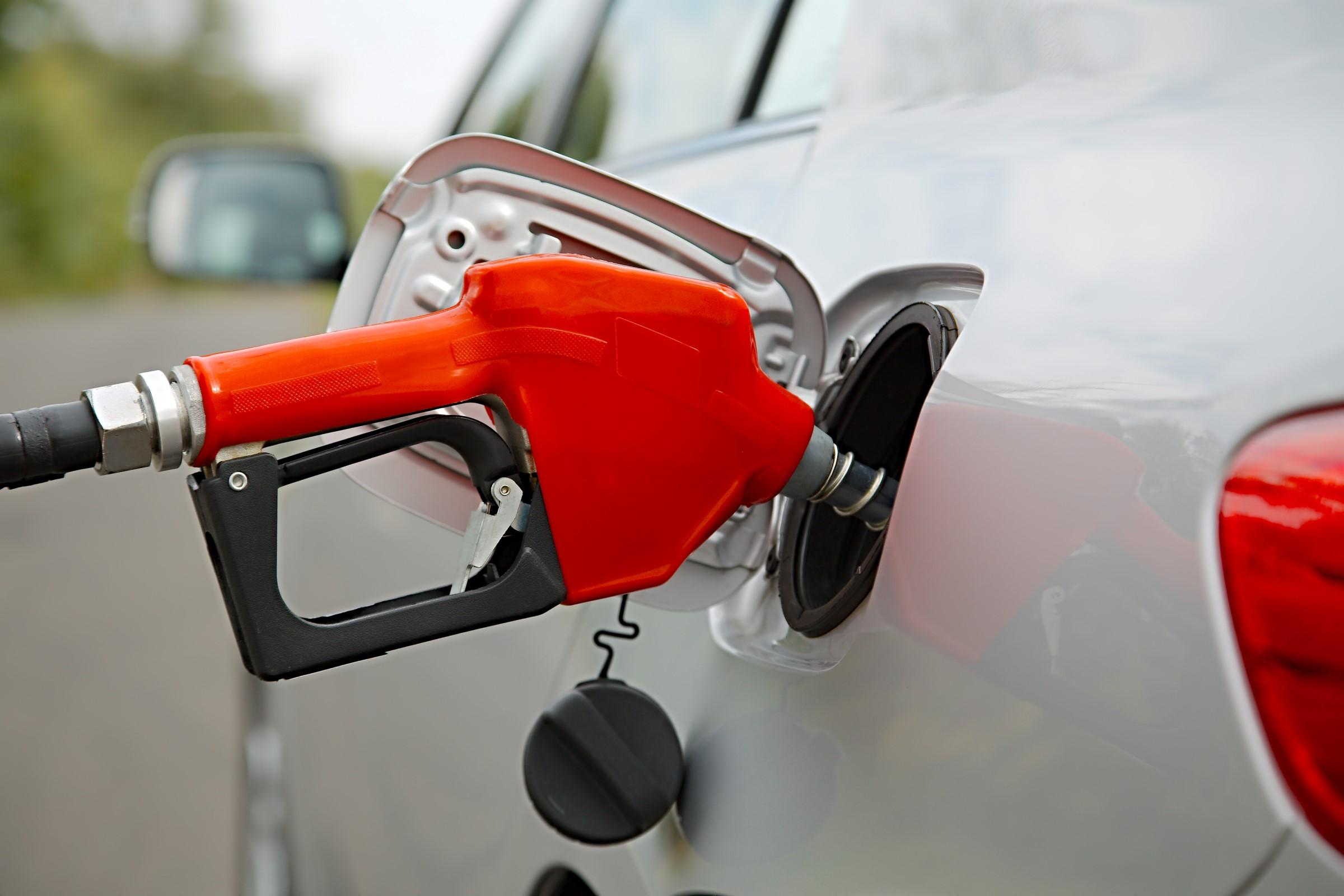 Bil får bensin