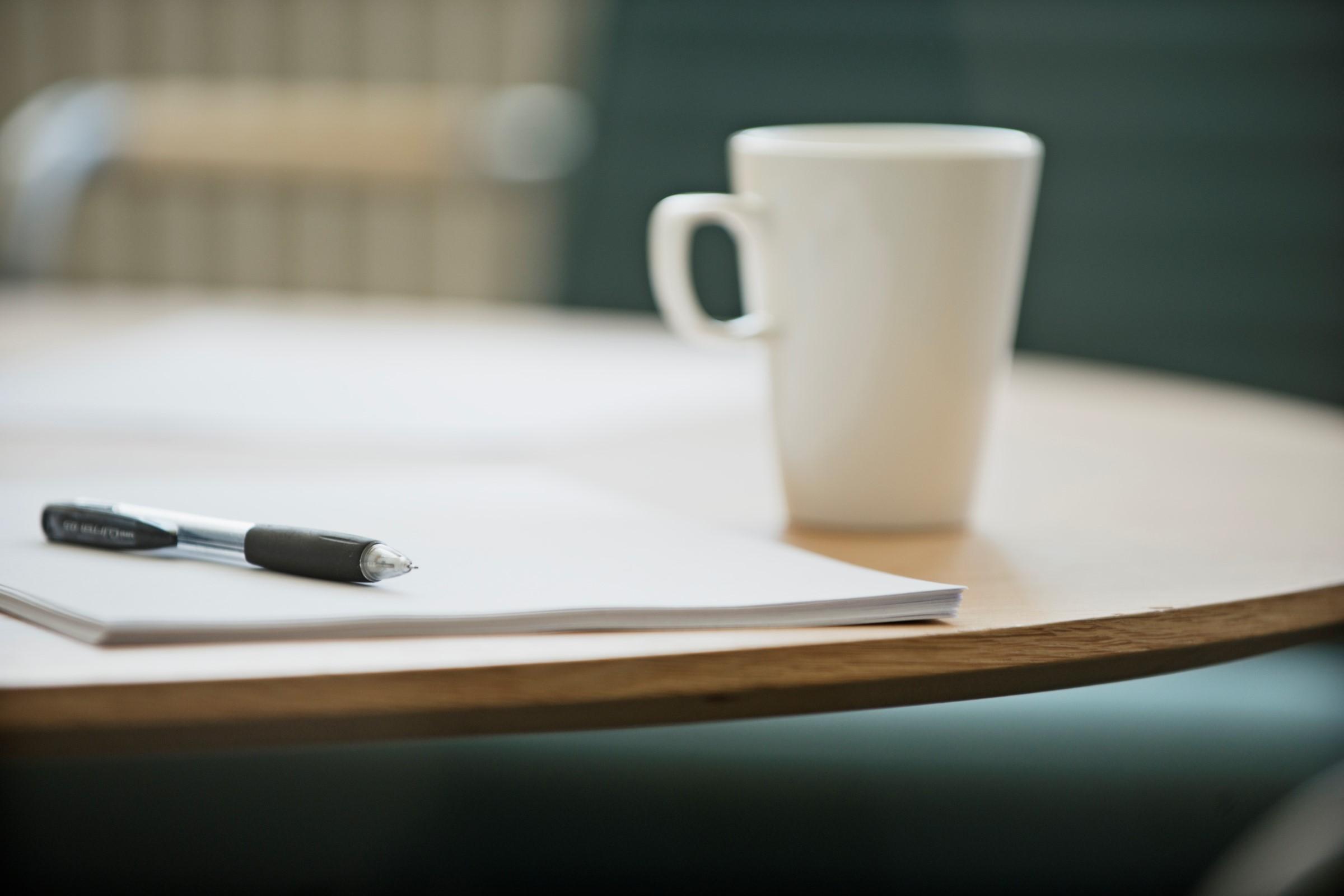 Penn, papir og kaffekopp