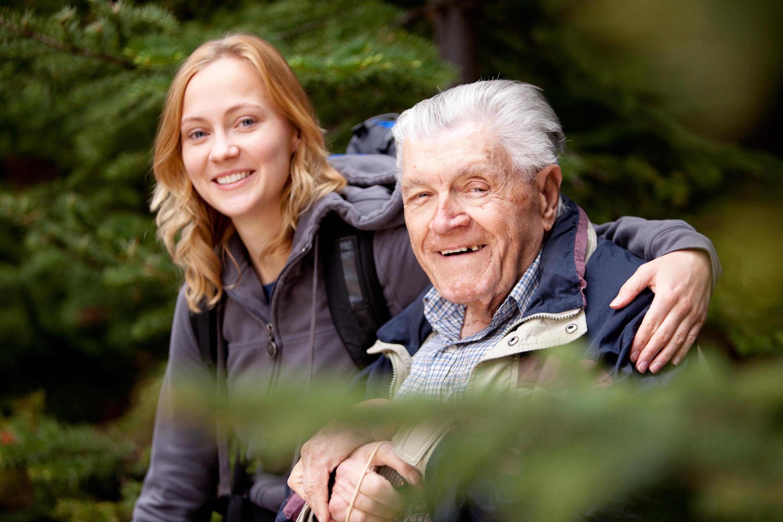 Bestefar og barnebarn i skogen