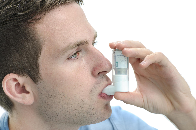 Mann med inhalator