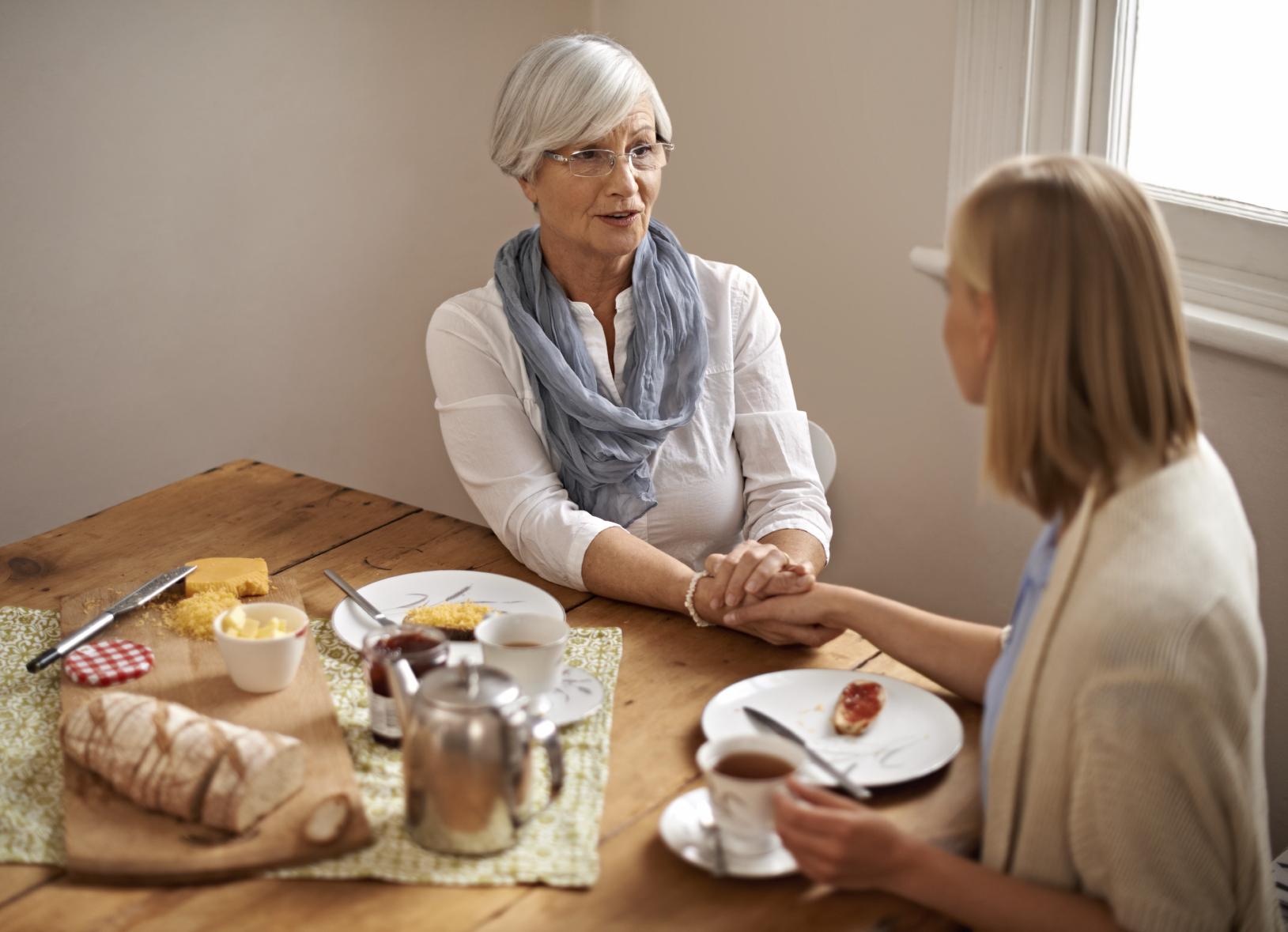 Hvis man lurer på om et familiemedlem eller en venn har fått demens, er det lurt å ta en samtale for å prøve å finne ut av det.