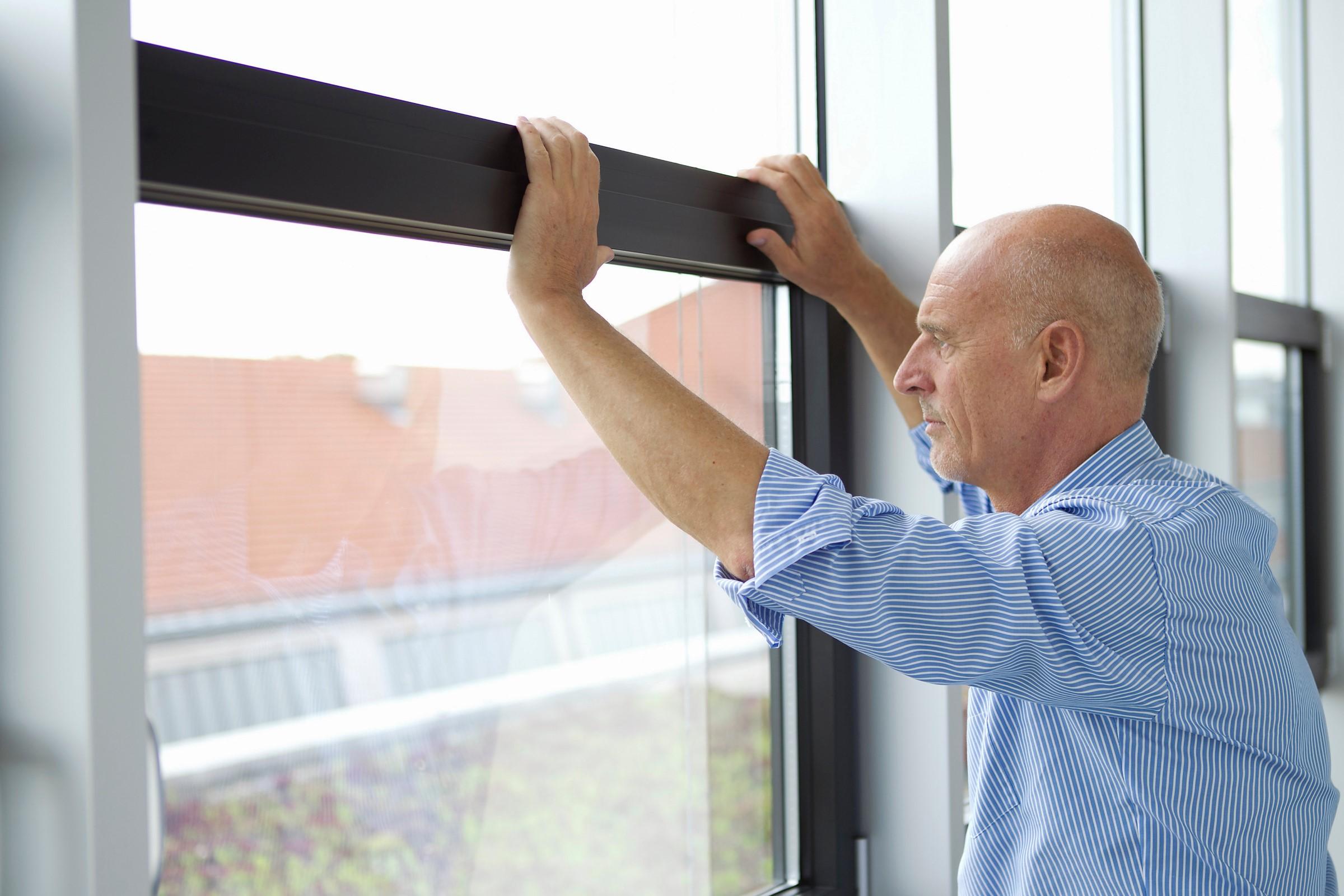Mann med angst ser ut av et vindu