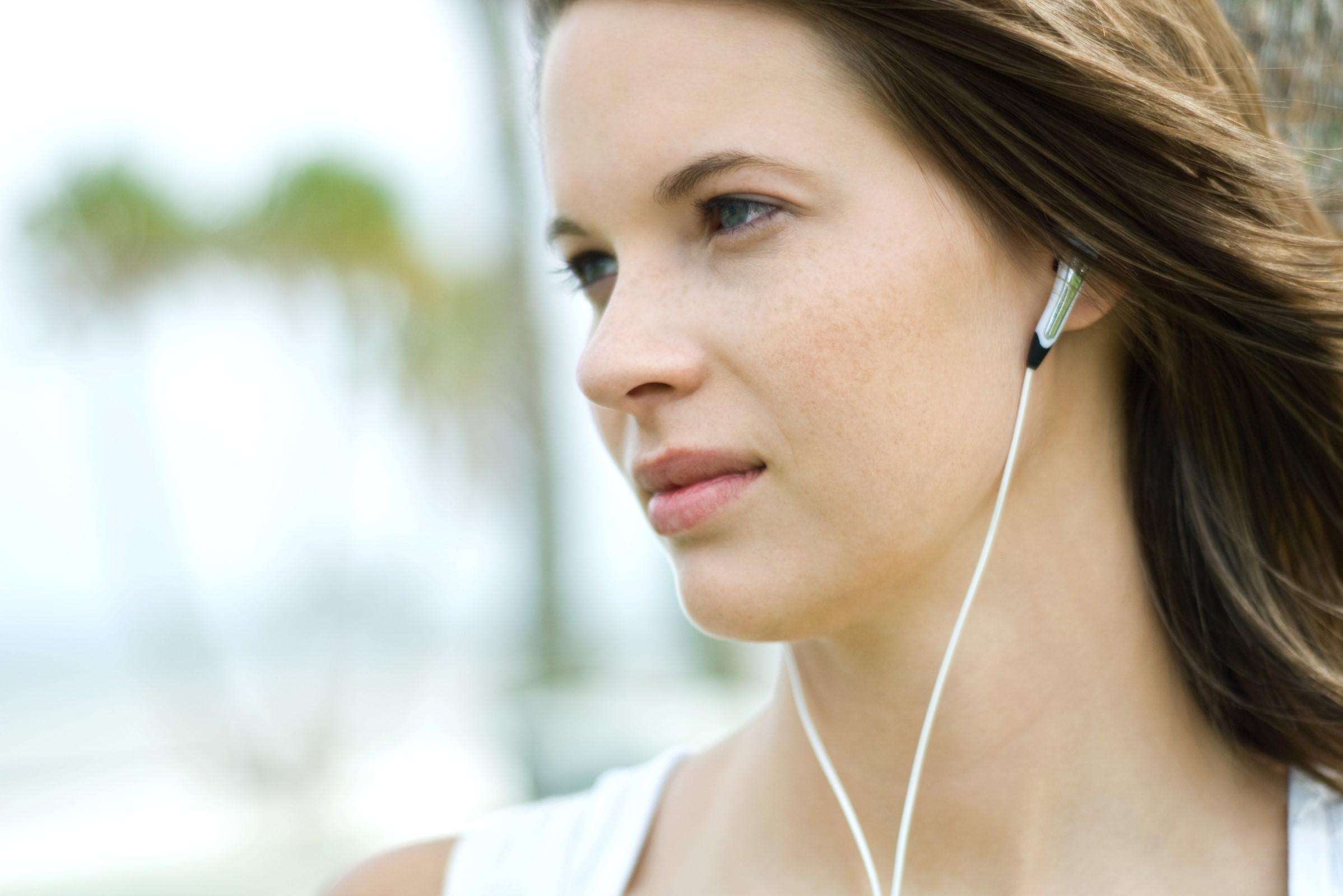 Bilde av en jente med hodetelefoner