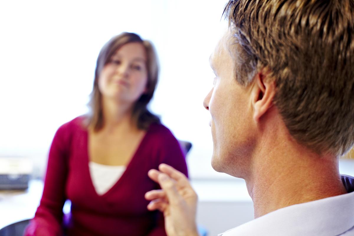 Psykolog og pasient snakker sammen