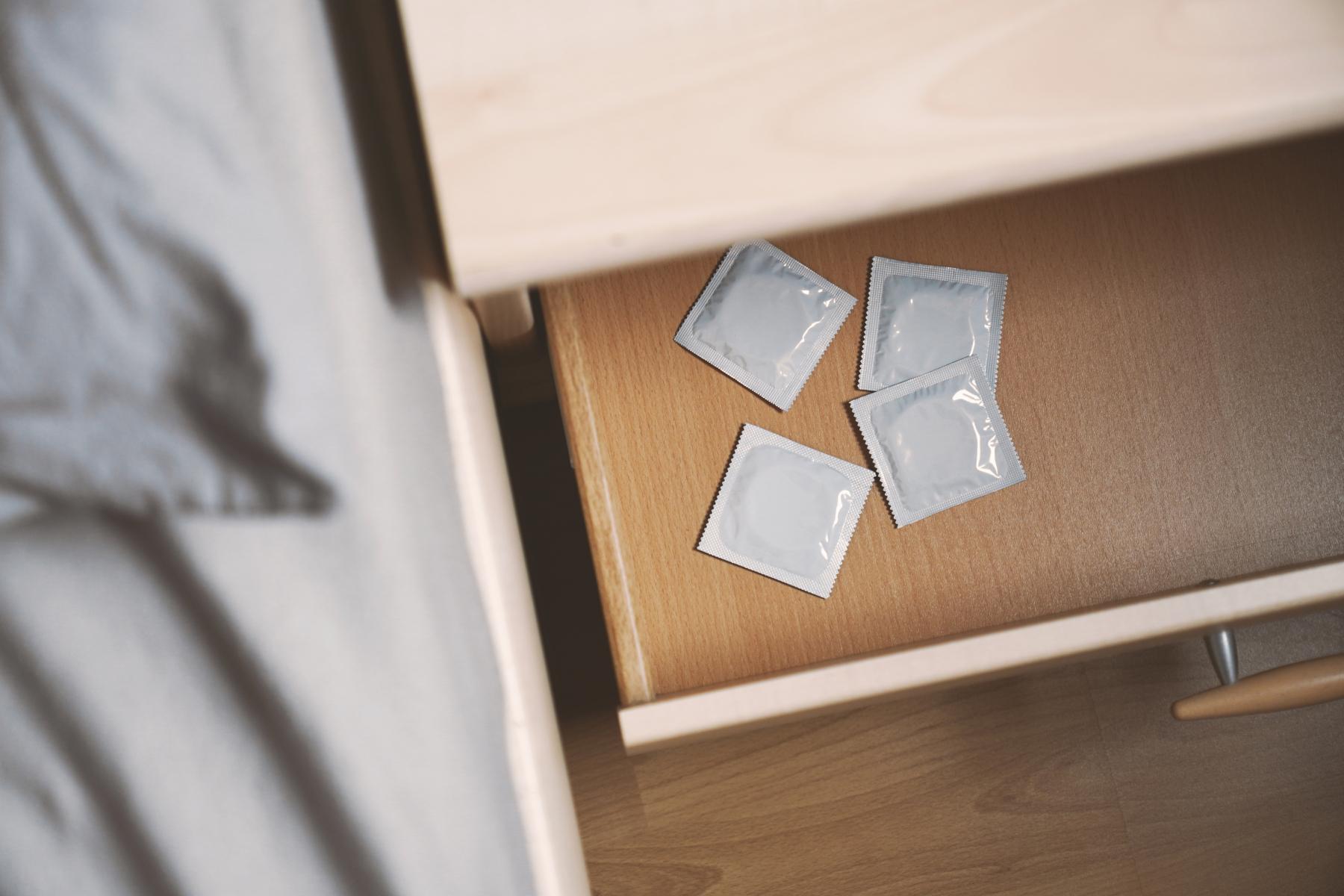 Kondomer ligger i nattbordskuffen.