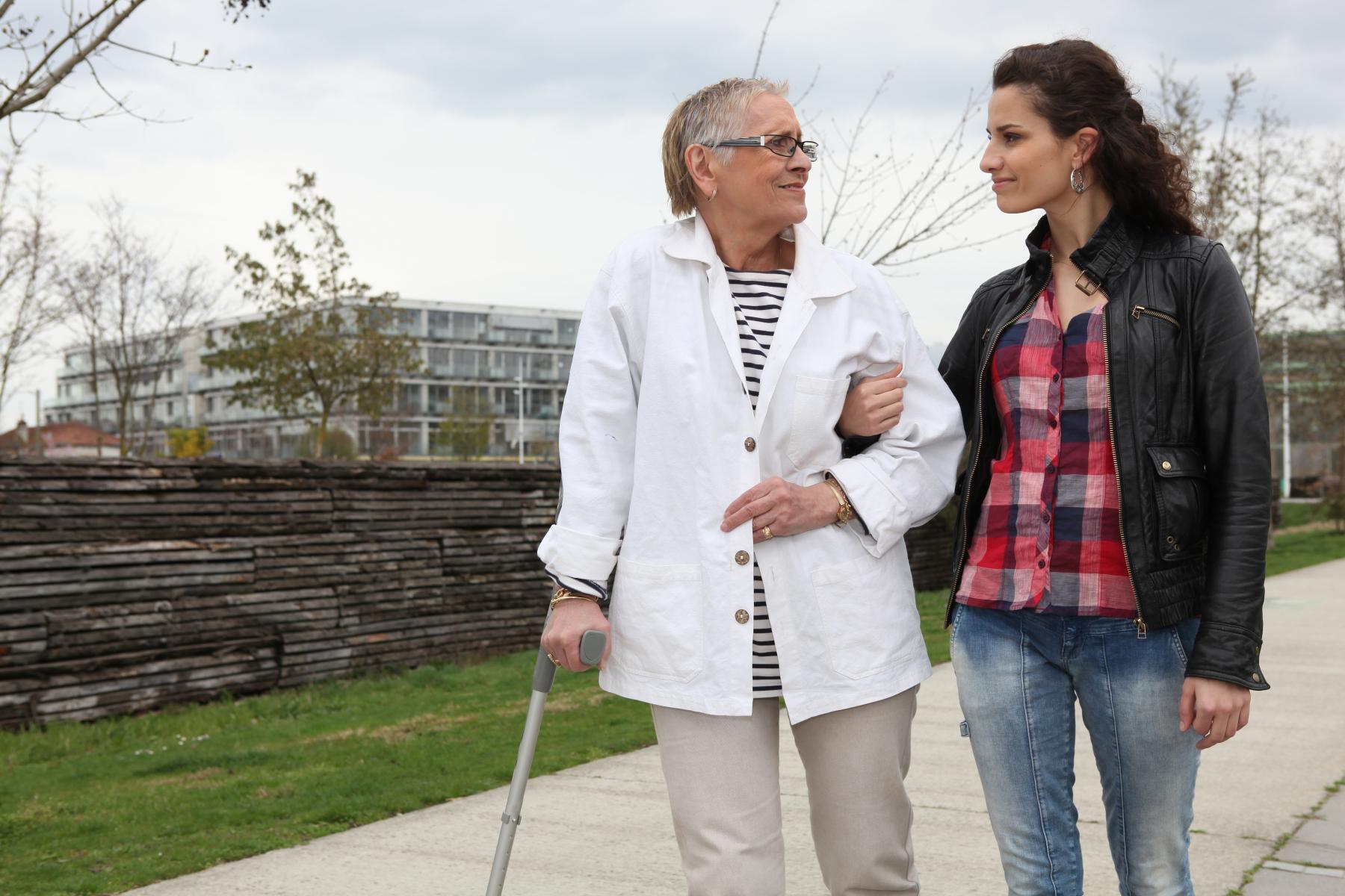 Datter går tur med dement mor
