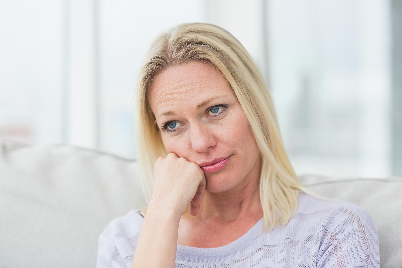 Bilde av en tankefull kvinne