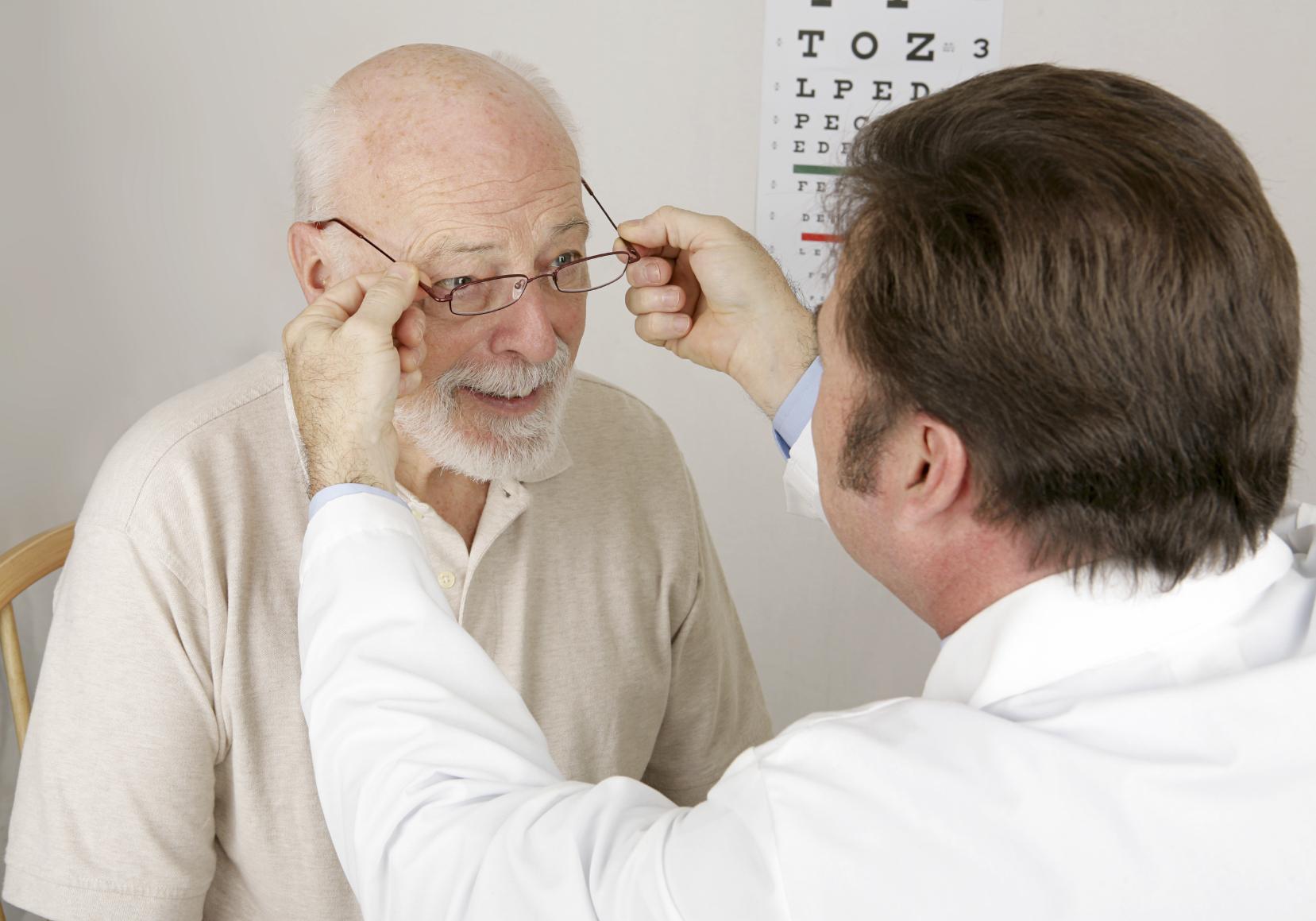 Bilde av en eldre mann hos optiker