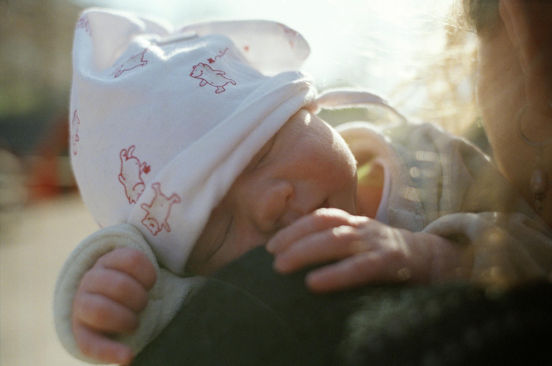 Bilde av en baby på skulderen til sin mor