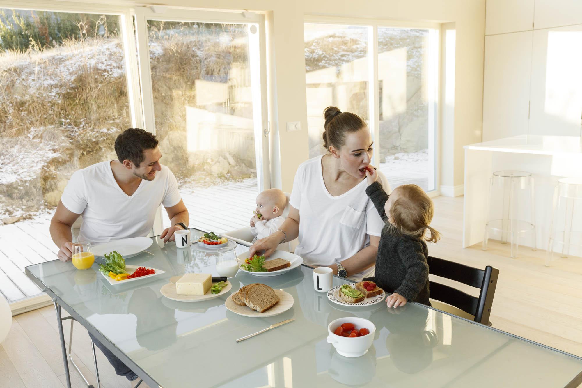 Småbarnsfamilie spiser frokost