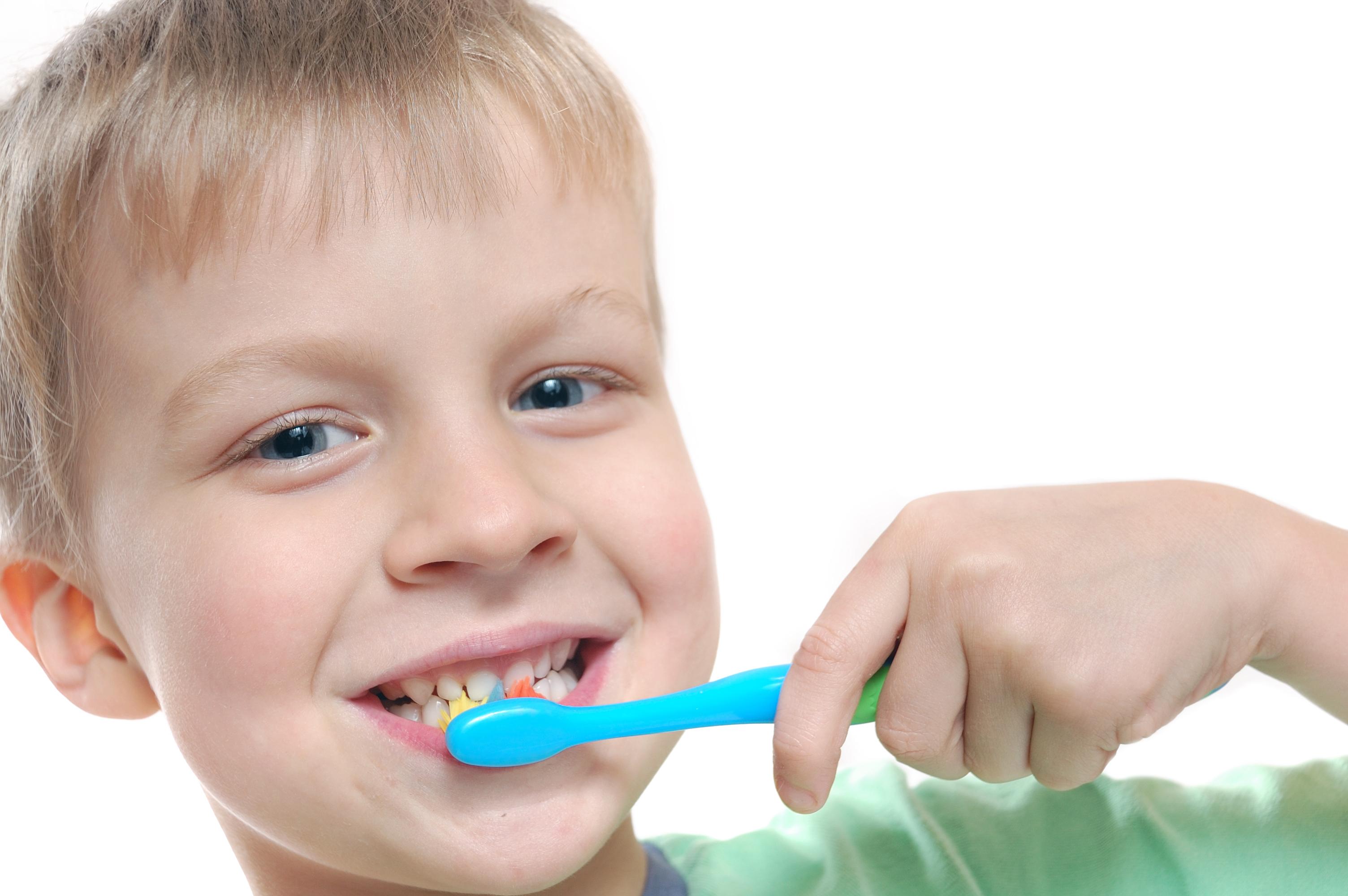 En gutt pusser tennene sine