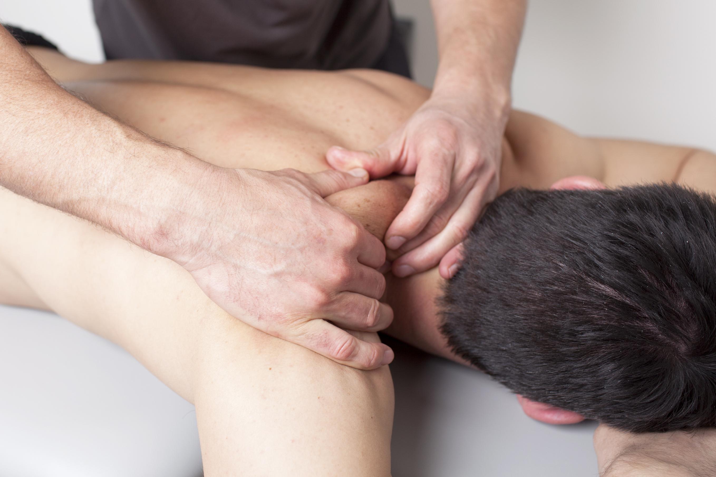 Fysioterapi kan hjelpe når du har en vond skulder.