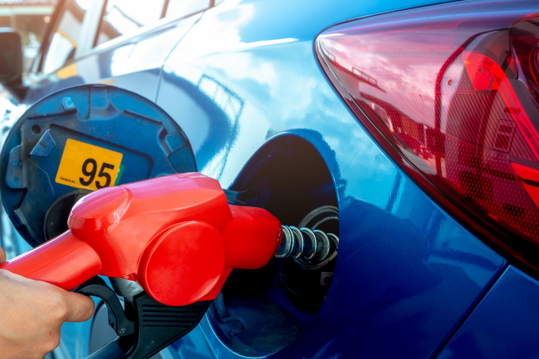 Drivstoff fylles på bil med drivstoffpumpe