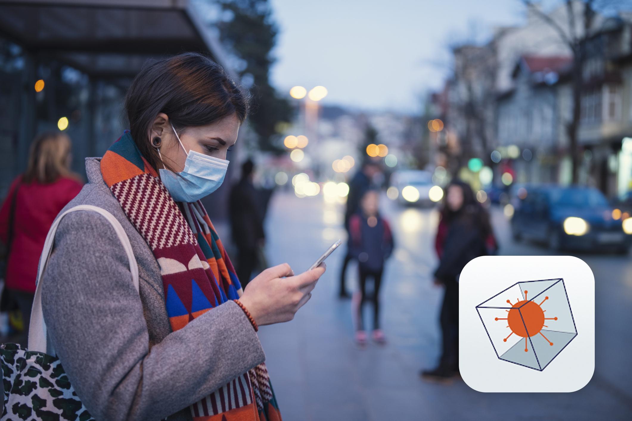 Kvinne med munnbind står på busstopp og bruker mobilen. Smittestopp-ikonet i høyre hjørne.
