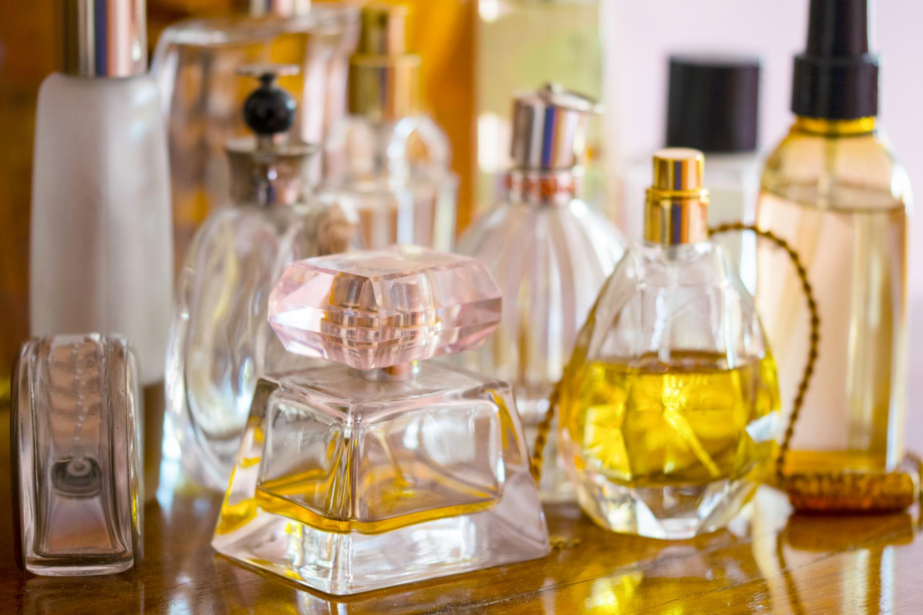 Ulike parfymeflasker med innhold