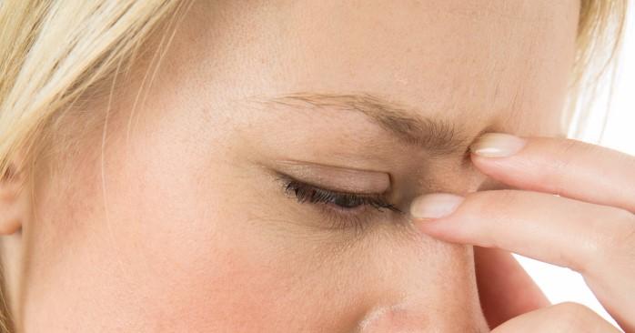 Kvinne med smerter i ansiktet.