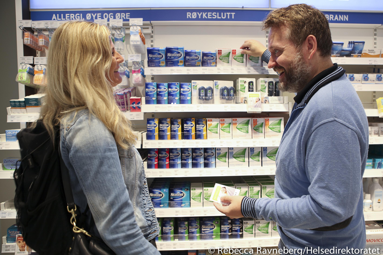 Kunde får veiledning i legemidler for røykeslutt på apoteket.