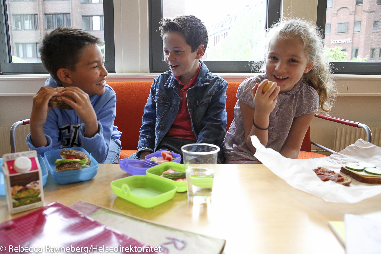 Barn som spiser matpakke