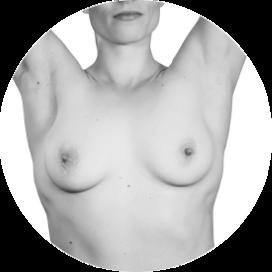 Kvinne i bar overkropp strekker armene over hodet