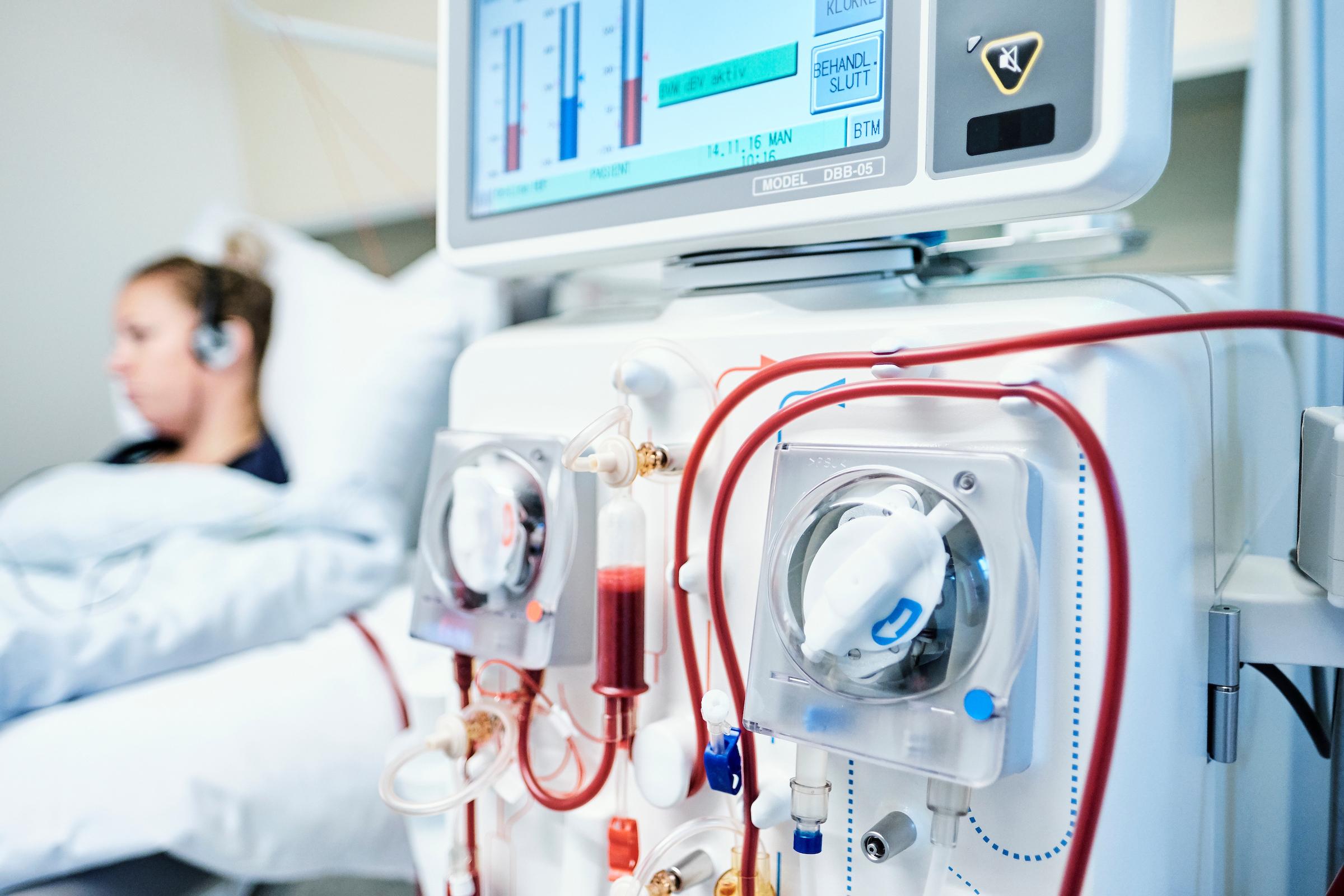 Person koblet til dialysemaskin