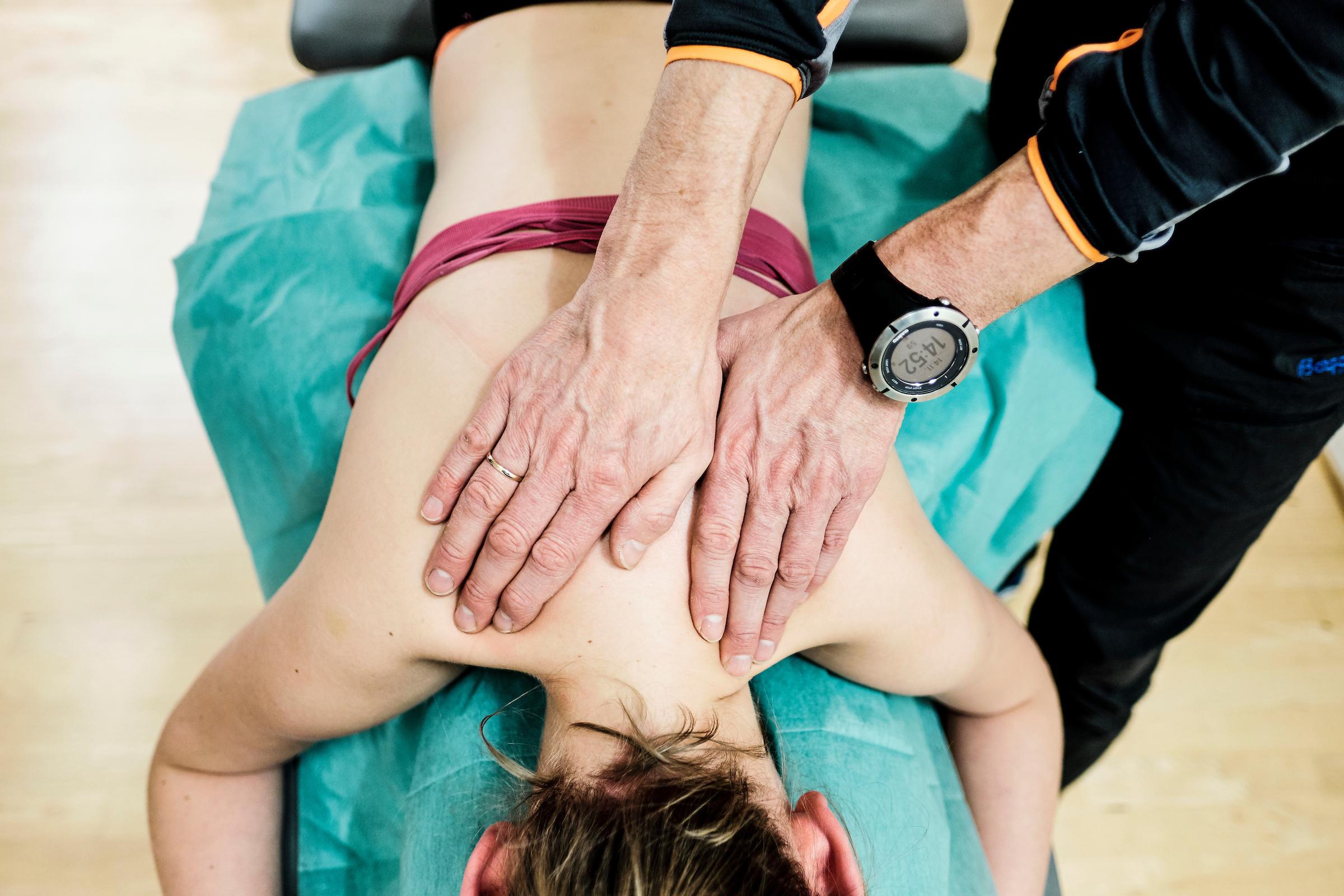 Jente som får behandling av en fysioterapeut