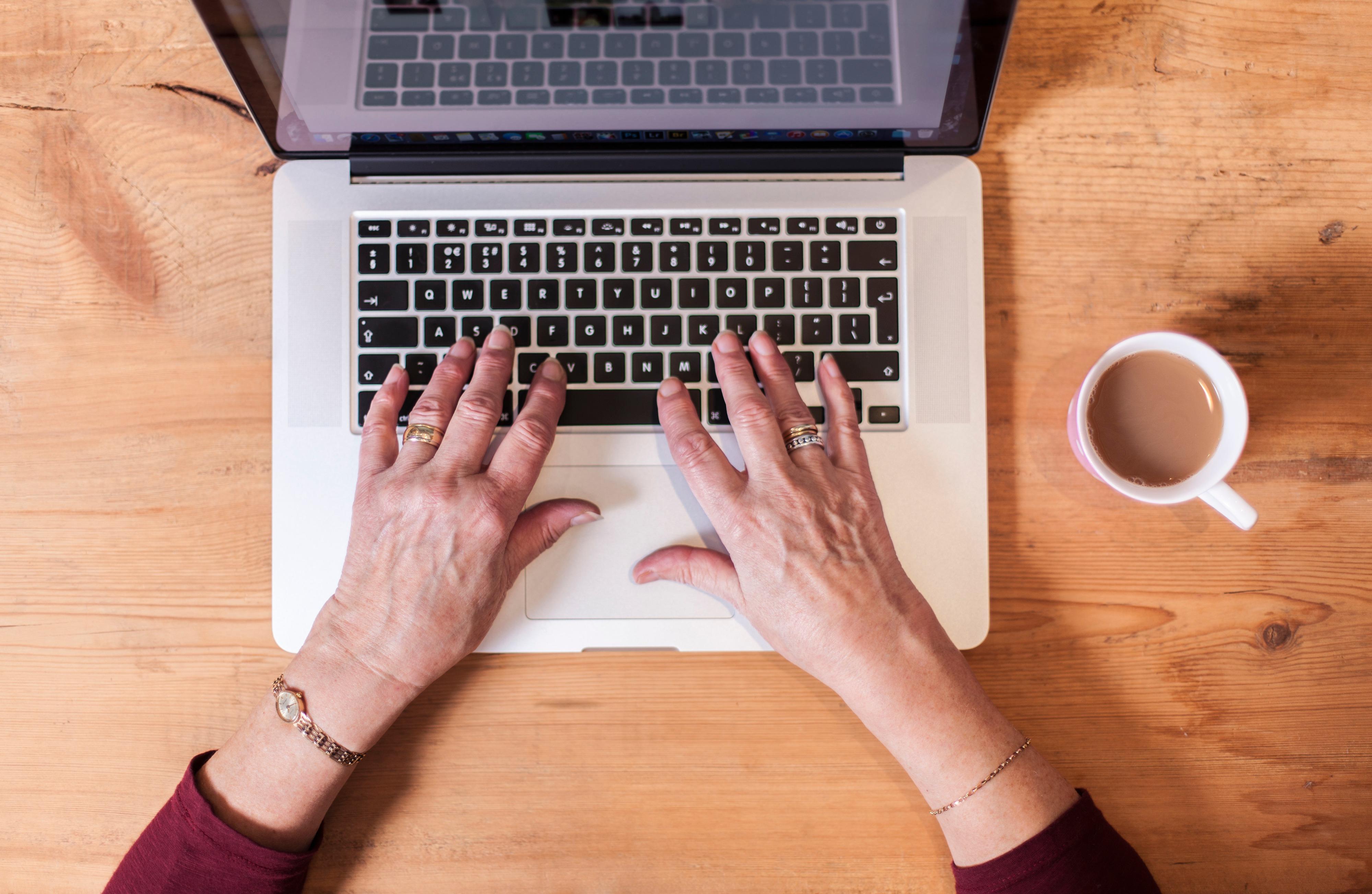 Eldre kvinne bruker tastatur