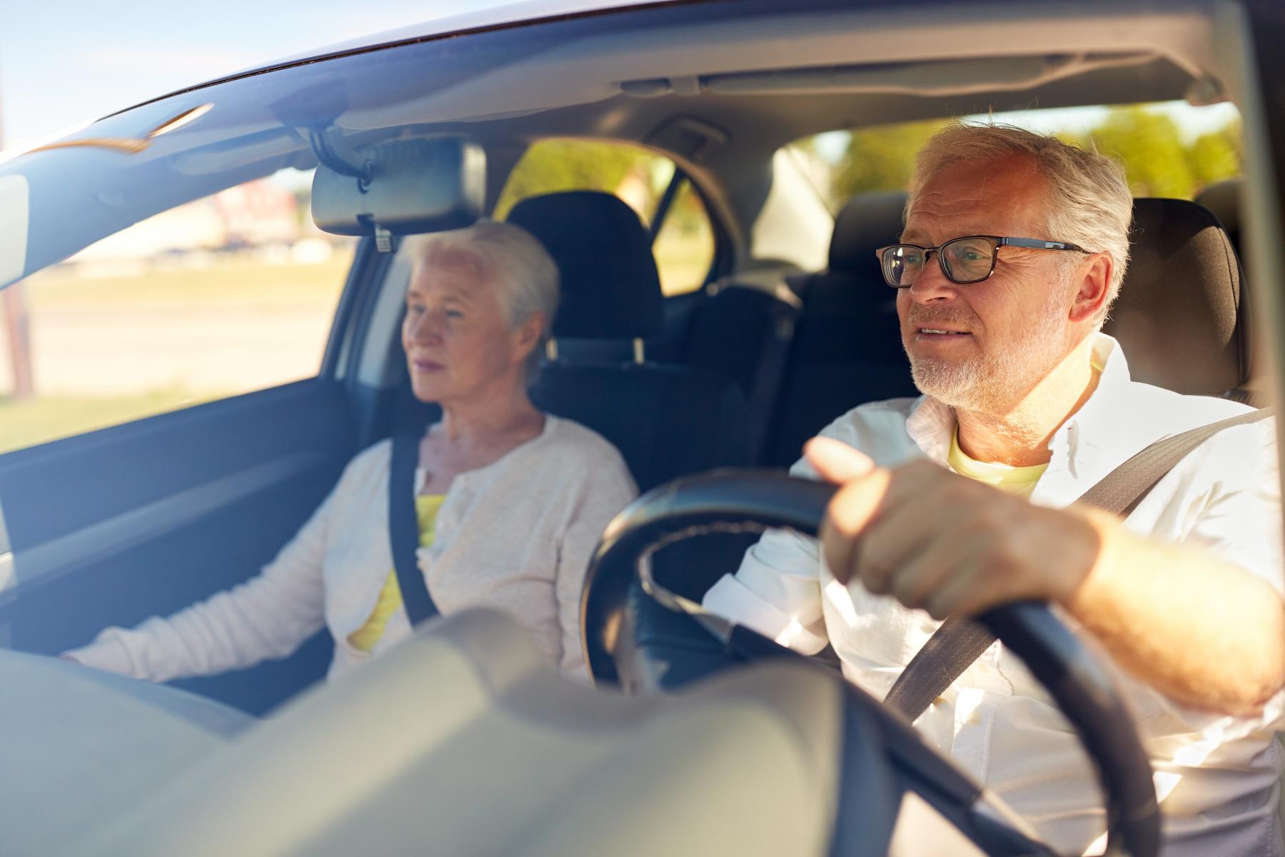 Eldre par kjører bil