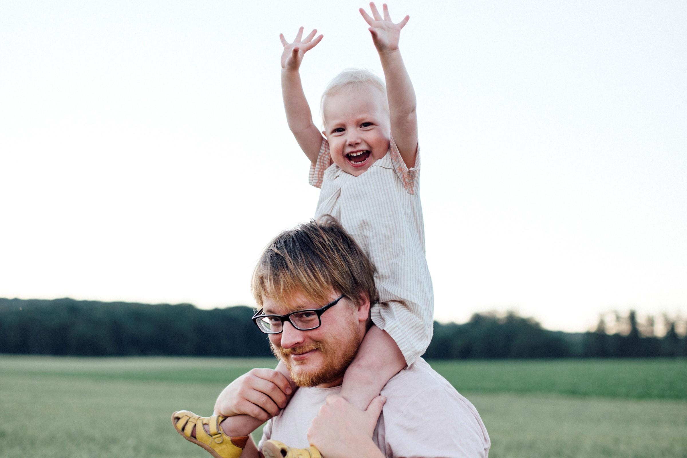 Bilde av far med datter på skuldre