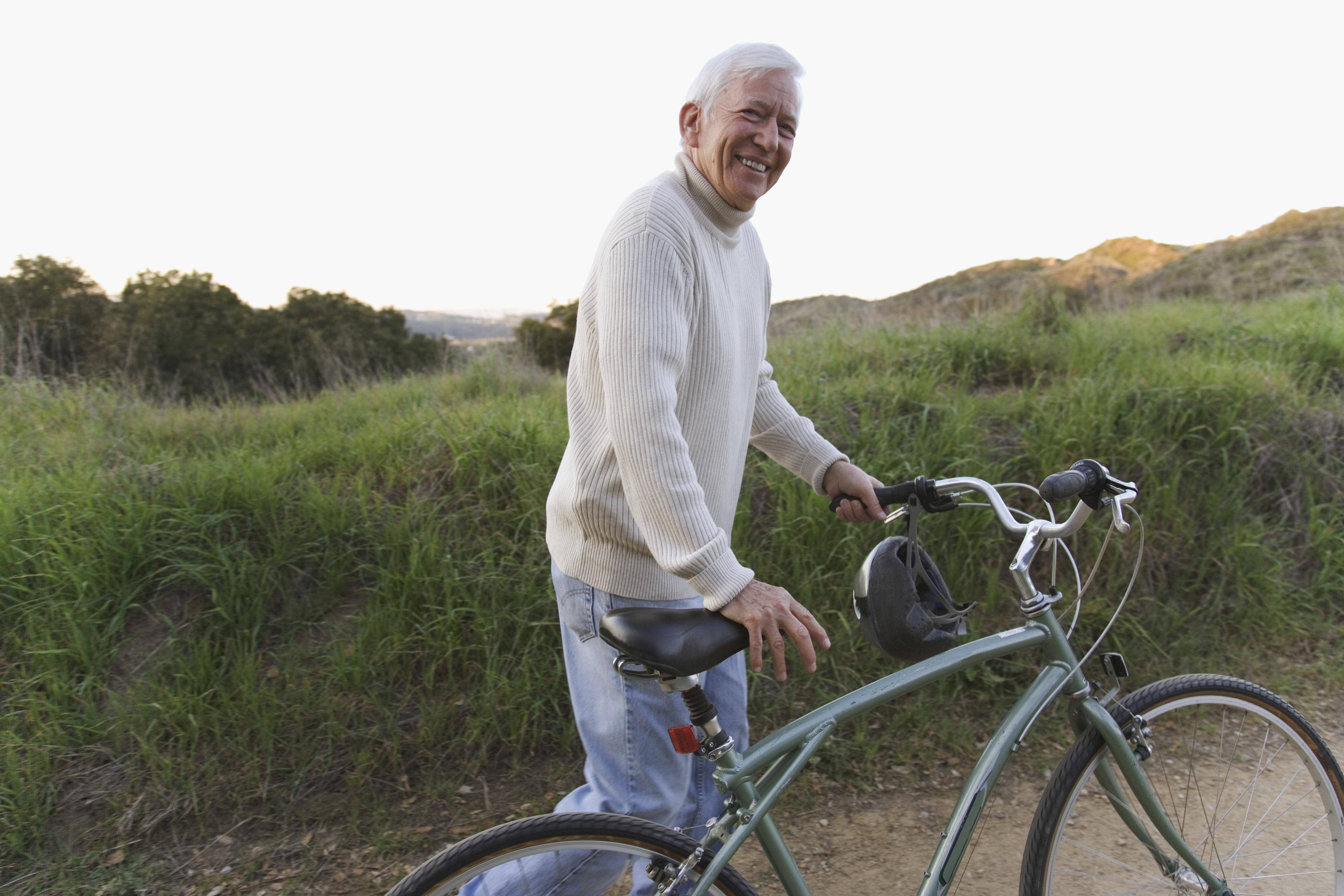 Gammel mann på sykkel