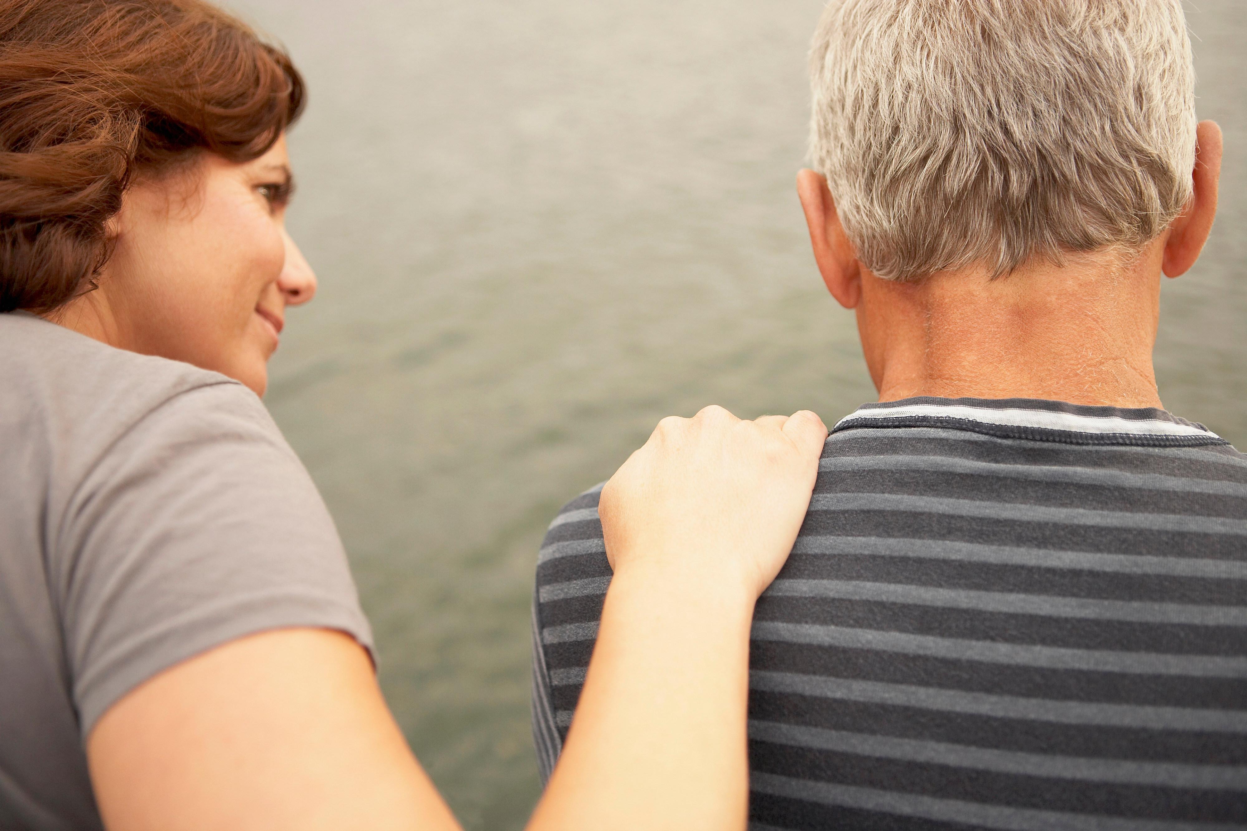 Bilde av en mann som får trøst av en kvinne