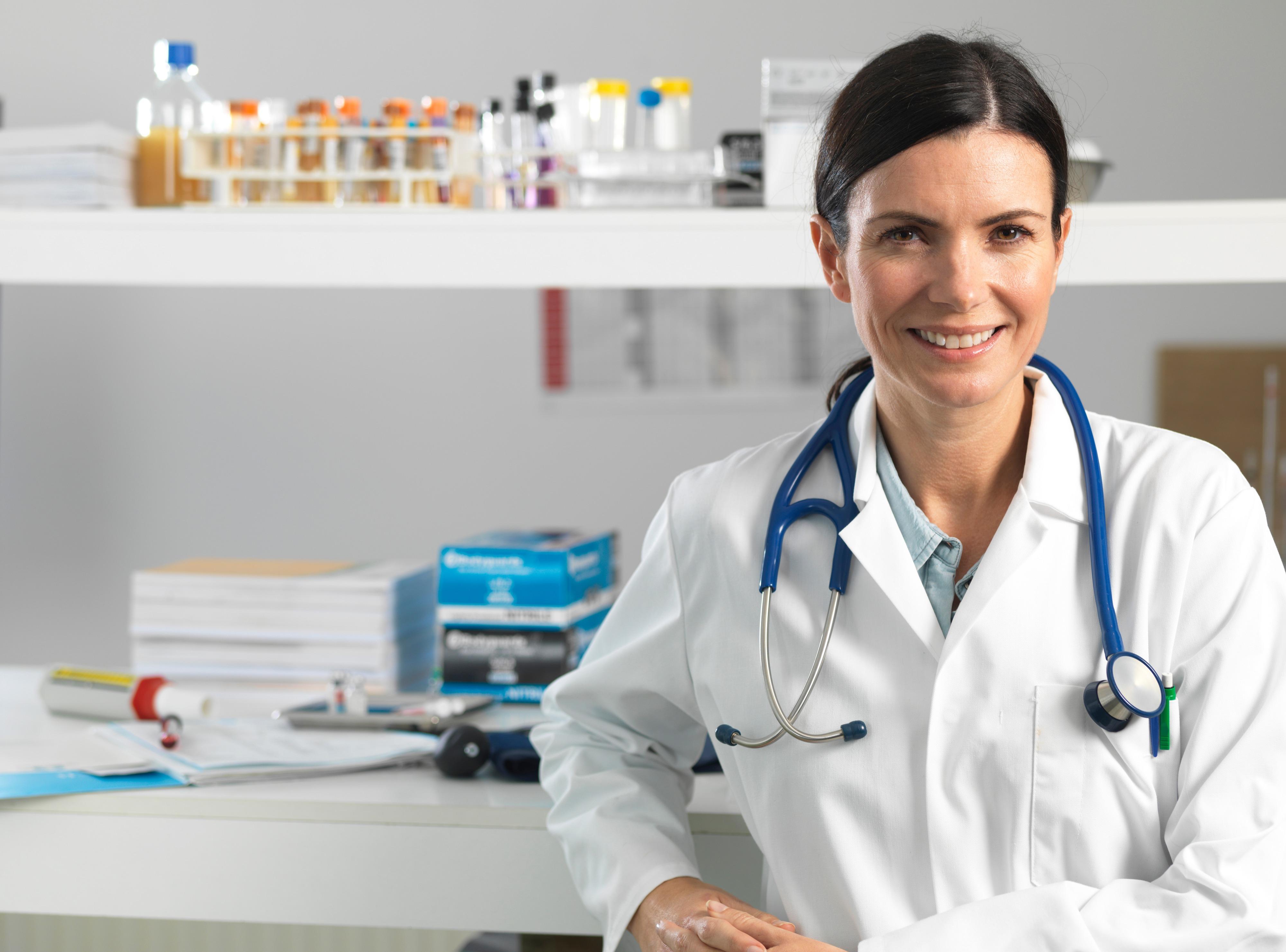 Kvinnelig lege med labfrakk og stetoskop
